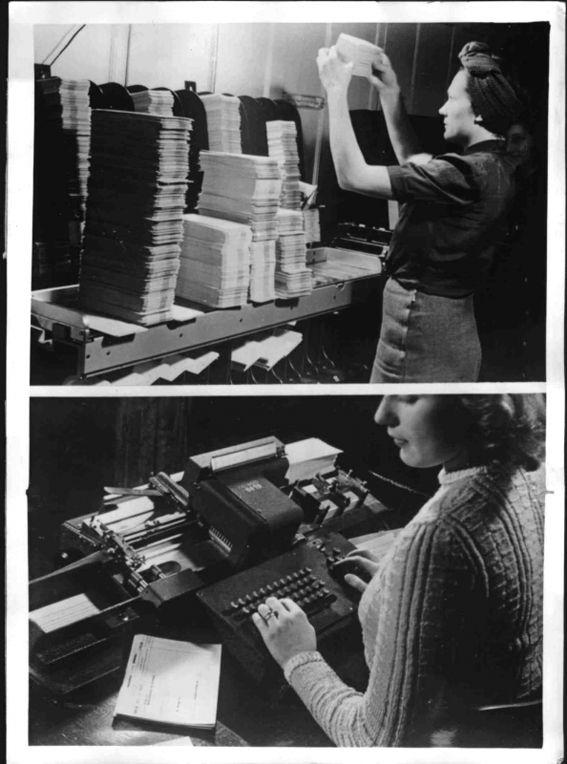 Lochkartenverfahren: oberes Bild: Händische Nachkontrolle, unteres Bild: Eine Locherin an einem Alphabetlocher. Weltbild,  6. November 1942. Quelle: [http://www.bildarchivaustria.at/Pages/ImageDetail.aspx?p_iBildID=1081607 Österreichische Nationalbibliothek Inventar-Nr. S 550/11b] © mit freundlicher Genehmigung