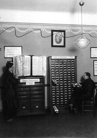 Gewerkschaft der Post- und Telegraphenbediensteten Wien: Mitgliederkataster und Karteikasten von Gewerkschaftsmitgliedern, Foto zwischen 1918 und 1938. Quelle: [http://www.bildarchivaustria.at/Pages/ImageDetail.aspx?p_iBildID=1302957 Österreichische Nationalbibliothek (ÖNB)] © mit freundlicher Genehmigung