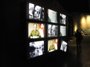 The use of multimedia tools in museums lends itself to exhibits with media content. In this case a variety of monitors show the December 13, 1981 television address of General Jaruzelski in which he declared martial law in Poland as well as showing the effects of martial law. Photo: Irmgard Zündorf, European Solidarity Center (Polish: Europejskie Centrum Solidarności), Gdańsk 2015, License: [https://creativecommons.org/licenses/by-nc/3.0/de/ CC BY-NC 3.0 DE]
