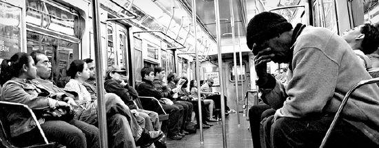 In der Stadt wird das Verhältnis von Individuum und Masse zum Problem. Eine typische Situation, in der Nähe und Distanz im öffentlichen Stadtraum ausgehandelt werden: die Bahn-Fahrt. NYC Subway E Train, New York, 2. Mai 2009. Fotograf: CUrbanScape, Quelle: [https://www.flickr.com/photos/urbangrunge/3496494434/in/photolist-6jYrYN-r4rAap-qTKLt1-ojB911-oH46ax-reFCXn-gqWu2L-LXrbw-eddTTY-r4vYXk-eh3D8k-dSwLjS-kZxh4-fvQK9Y-3DtaiU-6m371r-aq3e4L-FqCoeN-8mxTLz-eddRch-8V7ghn-dBEBxC-yoEiW-rsUzRP-g9nmyb-qJqRtd-5jMbDA-bq97BG-fJyjgy-4GF5Fq-ujsPc-gBLA9s-5intou-hGdfok-9KCBS7-7VQKig-aU3f28-rAqrrm-g48KpD-rAw1ED-pWhSSA-a6yxbj-dzKXLX-2FeMVu-qL6u5j-GEdUwN-gzupQe-GDqegK-dMi6RQ-ESyrq4 Flickr] ([https://creativecommons.org/licenses/by-nd/2.0/ CC BY-ND 2.0])