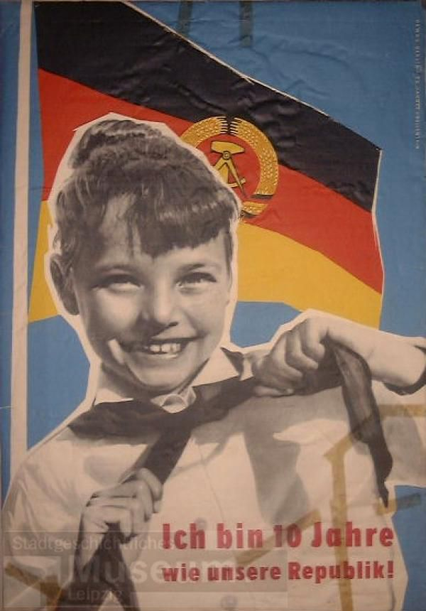"""""""Ich bin 10 Jahre – wie unsere Republik!"""", Entwurf: Jahnke/Vallenthin, Druck: VEB Ratsdruckerei Dresden 1959. Quelle: [http://museum.zib.de/sgml_internet/sgml.php?seite=5&fld_0=p0001115 Stadtgeschichtliches Museum Leipzig], Lizenz:[https://creativecommons.org/licenses/by-nc-sa/4.0/ CC BY-NC-SA 4.0]"""