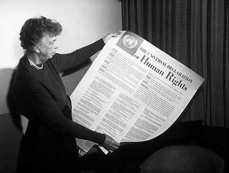 Die ehemalige First Lady Eleanor Roosevelt betrachtet die englische Fassung der Allgemeinen Menschenrechtserklärung der Vereinten Nationen, 1. November 1949. Fotograf: unbekannt, Quelle: [https://commons.wikimedia.org/wiki/Category:Universal_Declaration_of_Human_Rights?uselang=de#/media/File:Eleanor_Roosevelt_and_Human_Rights_Declaration.jpg Wikimedia Commons]  / [http://www.fdrlibrary.marist.edu/photos.html FDR Presidential Library & Museum], Lizenz: gemeinfrei