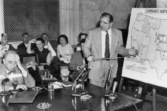 "Das Foto zeigt US-Senator Joe McCarthy (rechts) während der ""McCarthy-Army Hearings"" am 9. Juni 1954. Urheber: 	 United States Senate, Quelle: [https://commons.wikimedia.org/wiki/File:Welch-McCarthy-Hearings.jpg Wikimedia Commons], Lizenz: public domain"