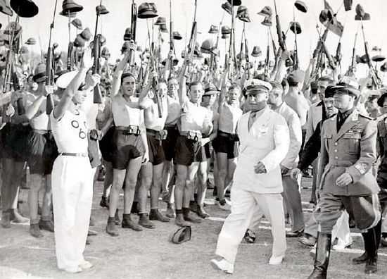 Im faschistischen Italien sollte der Neue Mensch vor allem von Jugendlichen verkörpert werden. Benito Mussolini 1935 in Rom inmitten von jugendlichen Anhängern. Fotograf: unbekannt, Quelle: [https://commons.wikimedia.org/wiki/File:Has_seven_1_a.jpg Wikimedia Commons], Lizenz: gemeinfrei