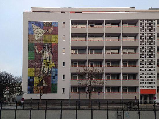 """Das Wandmosaik von Walter Womacka """"Der Mensch, das Maß aller Dinge"""" nach seiner Umsetzung Berlin, Friedrichsgracht; ursprünglich am Ministerium für Bauwesen, Breite Straße. Fotograf: Achim Bodewig, Berlin 13. Dezember 2013. Quelle: [https://commons.wikimedia.org/wiki/File:Wandmosaik_womacka_der_mensch_das_mass_aller-dinge.jpg?uselang=de Wikimedia Commons], Lizenz: [https://creativecommons.org/licenses/by-sa/3.0/deed.de CC BY-SA 3.0]"""