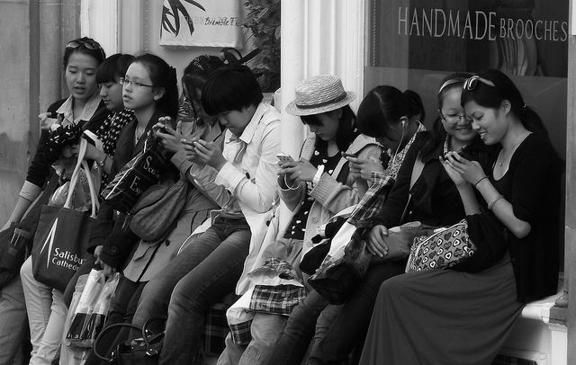 """Generation Handy?"" – eine gefühlte Verbundenheit zwischen Angehörigen verwandter Jahrgänge. Eine Gruppe von Frauen in Edinburgh, Schottland, 8. August 2012: ""time to check the phone"". Foto: byronv2, Quelle: [https://www.flickr.com/photos/woolamaloo_gazette/7814508804/ Flickr], Lizenz: [https://creativecommons.org/licenses/by-nc/2.0/ CC BY-NC 2.0]"