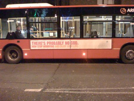 """Bus mit der Aufschrift """"There's probably no god. Now stop worrying and enjoy your life"""" im Rahmen der """"Atheist Bus Campaign"""", eine im Oktober 2008 von der britischen Journalistin Ariane Sherine initiierte Werbekampagne, die über Aufschriften auf Bussen die Grundhaltung des Atheismus propagiert. Die Aktion für ein Leben ohne Religion wurde als Antwort auf eine Werbekampagne evangelikaler Gruppen konzipiert. London, 26. Januar 2009.  Foto: Ismael Celis, Quelle: [https://www.flickr.com/photos/ismasan/3232037394/ Flickr], Lizenz: [https://creativecommons.org/licenses/by-nc-nd/2.0/ CC BY-NC-ND 2.0]"""