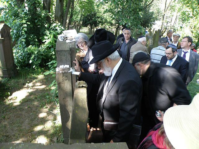Wallfahrt zum Grab des Rabbi Nathaniel Weil, Karlsruhe, 4. Mai 2011, Foto: Baden-Paul, Quelle: [https://commons.wikimedia.org/wiki/File:Wallfahrt_zum_Grab_des_Rabbi_Nathaniel_Weil2.JPG  Wikimedia Commons], Lizenz: [https://creativecommons.org/licenses/by-sa/3.0/deed.en CC BY-SA 3.0]