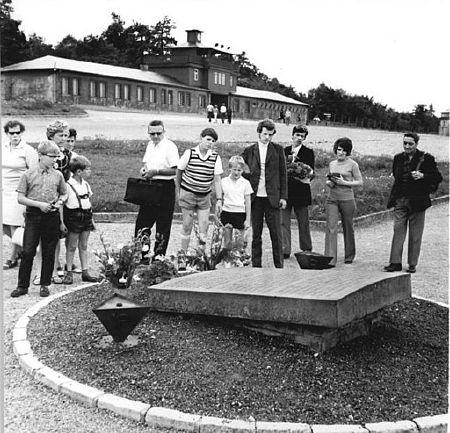 Durch Pflichtbesuche wurden Gedenkstätten in der DDR gezielt auch als politisches Erziehungsinstrument eingesetzt. Gedenkstein für ermordete polnische Häftlinge in der Nationalen Mahn- und Gedenkstätte Buchenwald, 15. August 1972. Fotograf: Dieter Demme, Quelle: [https://commons.wikimedia.org/wiki/File:Bundesarchiv_Bild_183-L0815-0018,_Gedenkst%C3%A4tte_Buchenwald,_Gedenkstein.jpg Wikimedia Commons / Bundesarchiv, Bild 183-L0815-0018], Lizenz: [https://creativecommons.org/licenses/by-sa/3.0/de/deed.en CC BY-SA 3.0 DE]