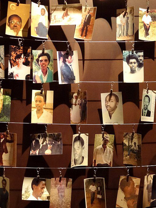 "Das ""Kigali Genocide Memorial Centre"" zeigt neben körperlichen Überresten und Kleidungsstücken auch Fotografien der Opfer des Genozids in Ruanda im Jahr 1994. Fotograf: Adam Jones, 25. Juli 2012, Quelle: [https://commons.wikimedia.org/wiki/File:Photographs_of_Genocide_Victims_-_Genocide_Memorial_Center_-_Kigali_-_Rwanda.jpg Wikimedia Commons], Lizenz: [https://creativecommons.org/licenses/by-sa/3.0/deed.en CC BY-SA 3.0]"
