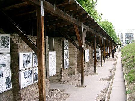 """Die """"Topographie des Terrors"""" dokumentiert in Berlin die Verbrechen des Nationalsozialismus. Das Dokumentationszentrum entwickelte sich aus bürgerlichen Initiativen seit den 1970er-Jahren, die zur 750-Jahr-Feier der Stadt 1987 in einer ersten Ausstellung mündeten, und ist heute fester Bestandteil der Berliner Erinnerungsorte. Fotograf: edwin.11, 17. Mai 2004, Quelle: [https://commons.wikimedia.org/wiki/File:Topographie_des_Terrors_(313711237).jpg Wikimedia Commons], Lizenz: [https://creativecommons.org/licenses/by/2.0/deed.en CC BY 2.0]"""