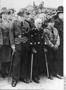 """Angehörige der """"Hitlerjugend"""" bei einer Kundgebung, Herbst 1943. Fotograf: unbekannt, Quelle: Bundesarchiv Bild 183-J08403 (ADN)"""