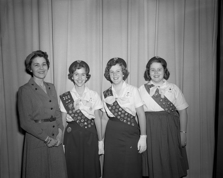 Girl Scouts, April 1958. Fotograf: Adolph B. Rice Studio, Quelle: [https://commons.wikimedia.org/wiki/File:Girl_Scouts_(2899346014).jpg The Library of Virginia @ Flickr Commons / Wikimedia Commons]