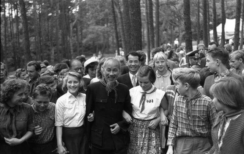 """On July 28, 1957, during his official sojourn to the German Democratic Republic, the president of the Democratic Republic of Vietnam, Ho Chi Minh, paid a visit with his entourage to the 'May Day' agricultural cooperative in Tempelfelde (Bernau District), the machine and tractor station in Werneuchen by Bernau, and the 'Helmuth Just' Pioneer camp on Wukensee lake near Biesenthal"" (original ADN caption), July 28, 1957. Photographer: Horst Sturm. Source: [https://commons.wikimedia.org/wiki/File:Bundesarchiv_Bild_183-48550-0036,_Besuch_Ho_Chi_Minhs_bei_Pionieren,_bei_Berlin.jpg Bundesarchiv Bild 183-48550-0036 / Wikimedia Commons], license [https://creativecommons.org/licenses/by-sa/3.0/de/deed.en CC BY-SA 3.0]"