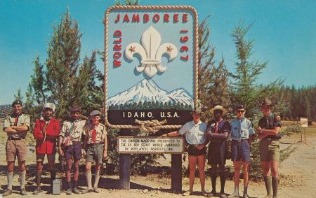 XII Boy Scout World Jamboree - Farragut State Park, Idaho, August 1967. Urheber: pieshops@gmail.com, Quelle: [https://commons.wikimedia.org/wiki/File:XII_Boy_Scout_World_Jamboree_-_Farragut_State_Park,_Idaho_(6195799522).jpg Wikimedia Commons], Lizenz [https://creativecommons.org/licenses/by-sa/2.0/deed.en CC BY-SA 2.0]