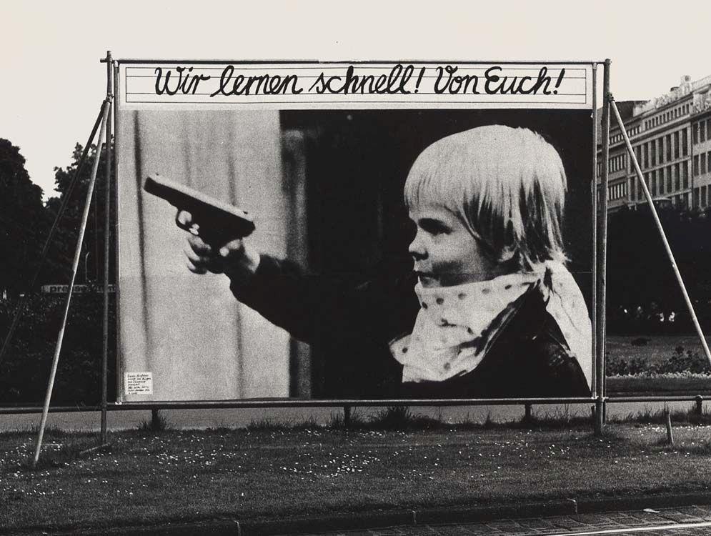 Plakat des Grafikers Manfred Spies mit einem Foto des Deutschen Kinderschutzbundes, 1979 – zunächst als Großplakat im öffentlichen Raum verwendet, dann als Poster gedruckt (Wikimedia Commons, Manfredspies, Wir lernen schnell grossplakat, CC BY-SA 3.0)