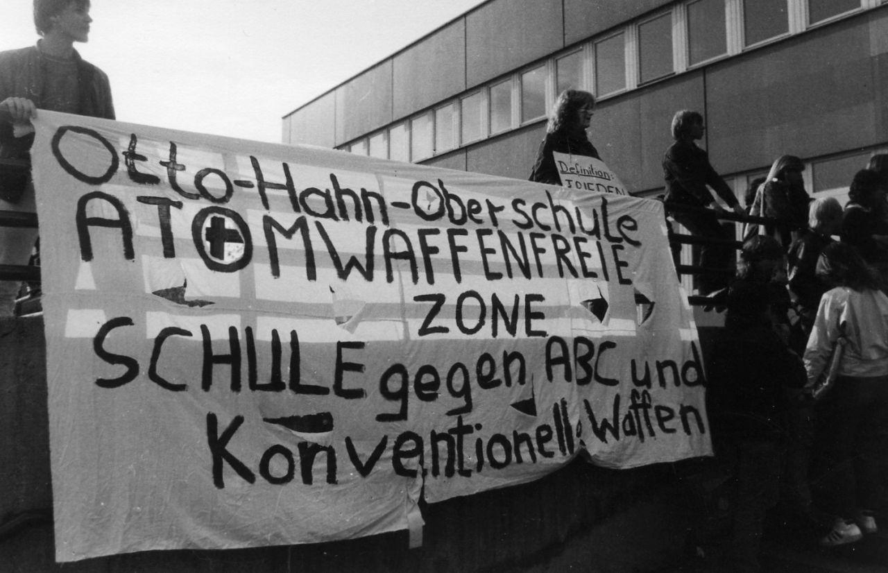 Demonstration gegen den NATO-Doppelbeschluss an der Otto-Hahn-Oberschule in Berlin-Neukölln (Otto-Hahn-Schule, Fotosammlung »Tag der Schulen« 1983, Fotograf/in unbekannt)