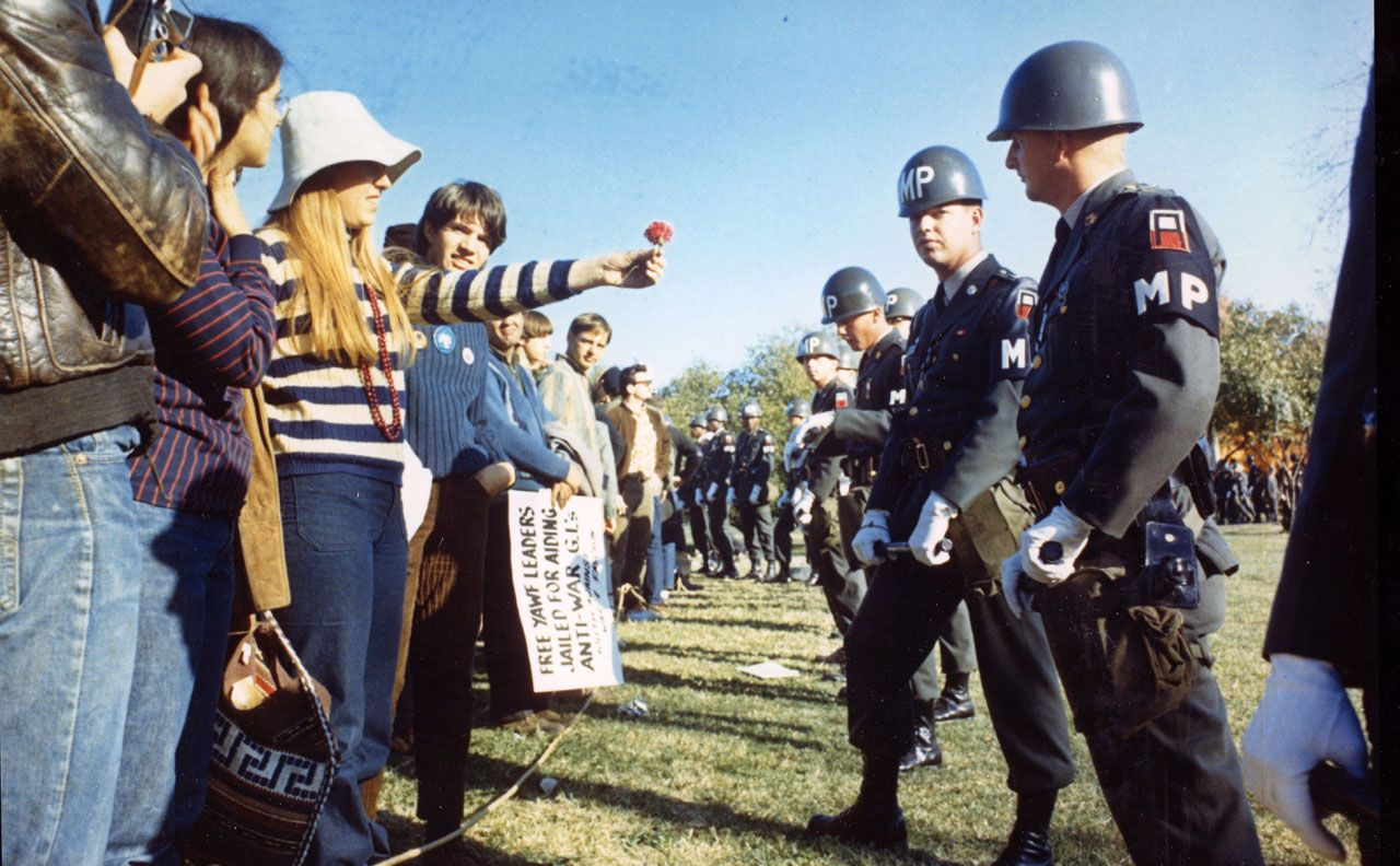 Flower Power? Das Foto der Friedensgeste machte Sergeant Albert R. Simpson im Auftrag des US-Verteidigungsministeriums während einer Demonstration gegen den Vietnam-Krieg am 21. Oktober 1967 vor dem Pentagon in Arlington/Virginia. (National Archives and Records Administration [NARA], Foto Nr. 111-CC-46331/Public Domain)