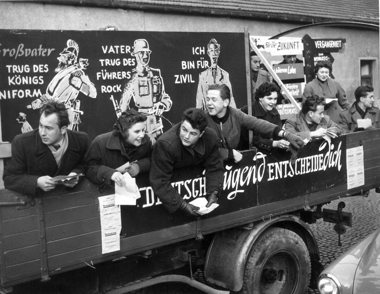 »Ich bin für Zivil«: Die bayerische Gewerkschaftsjugend demonstriert im November 1954 in München gegen die geplante Wiederbewaffnung der Bundesrepublik. (picture alliance/dpa)