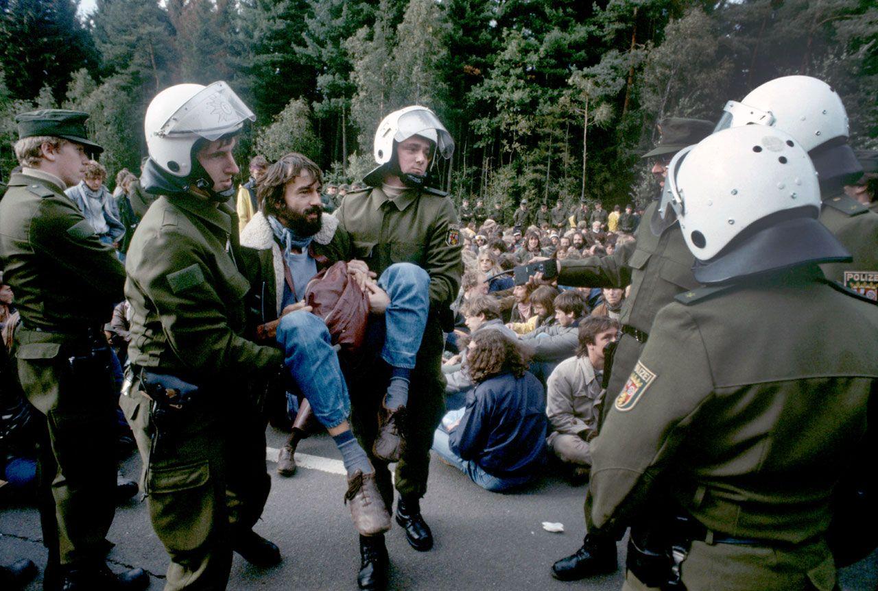Polizisten räumen die Sitzblockade vor dem US-Luftwaffenstützpunkt Ramstein, 14./15. Oktober 1983 (picture alliance/dpa/Wolfgang Eilmes)