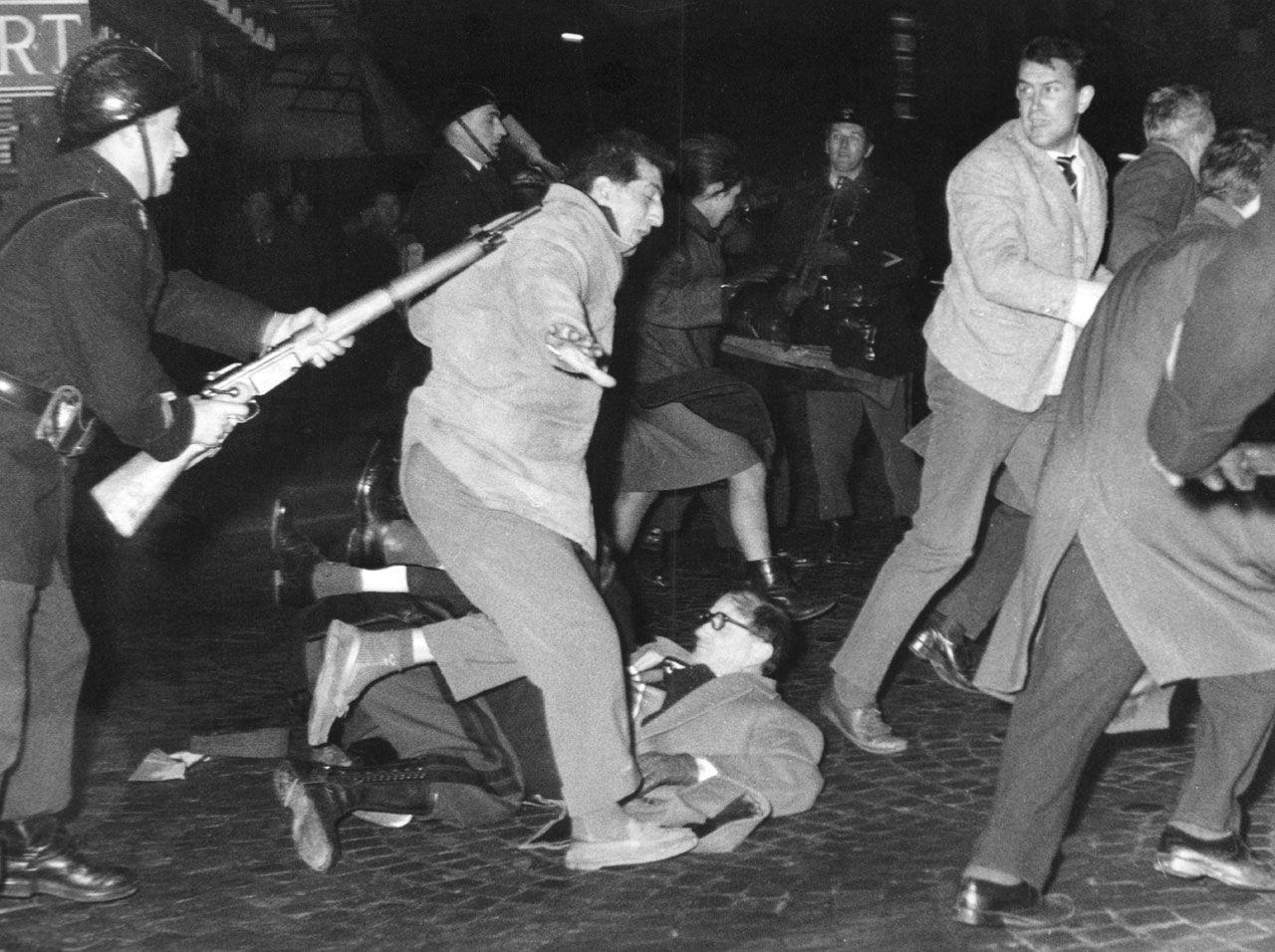 Am 19. Dezember 1961 kommt es in Paris bei einer nicht genehmigten Demonstration von Gewerkschaften und linken Gruppierungen zu tätlichen Auseinandersetzungen – rund 100 Demonstranten und 34 Polizisten werden verletzt. (picture alliance/dpa-Report/UPI)