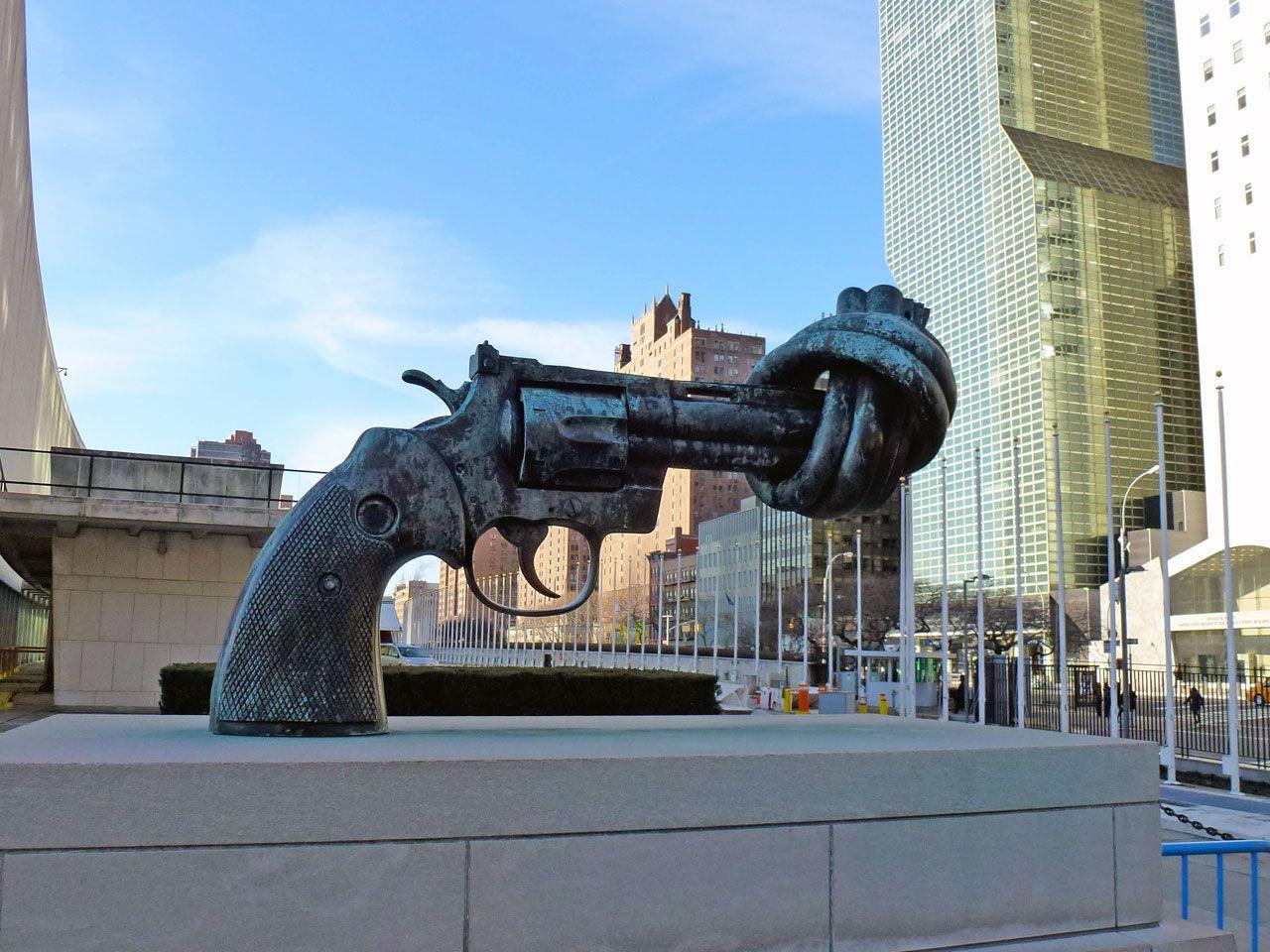 Die Ermordung John Lennons (1980) inspirierte den schwedischen Künstler Carl Fredrik Reuterswärd (1934–2016) zu seiner Bronzeskulptur »Non Violence«. Außer dem Exemplar vor dem UN-Hauptgebäude in New York (1988) gibt es zahlreiche weitere Versionen in Schweden, Deutschland, Frankreich, China, Mexiko und anderen Ländern. (Wikimedia Commons, ZhengZhou, Non-Violence sculpture in front of UN headquarters NY, CC BY-SA 3.0)