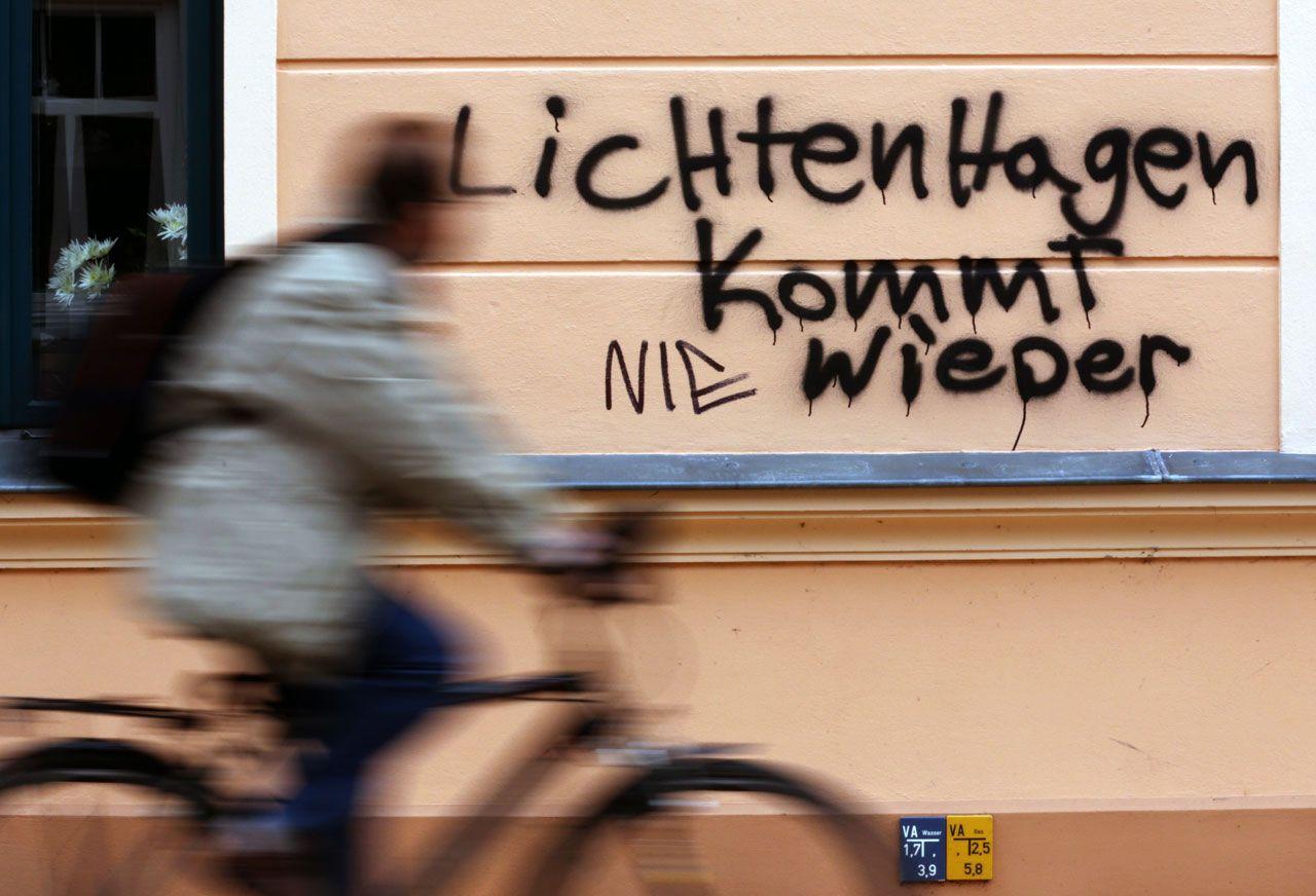Im April 2013 beschmierten Rechtsextreme das Haus des Bürgermeisters von Güstrow, als in der Stadt ein Asylbewerberheim eingerichtet werden sollte. Sie spielten dabei auf die fremdenfeindlichen Krawalle von Rostock-Lichtenhagen im August 1992 an. Später schrieb jemand das Wort »Nie« hinzu. (picture alliance/dpa-Zentralbild/Bernd Wüstneck)