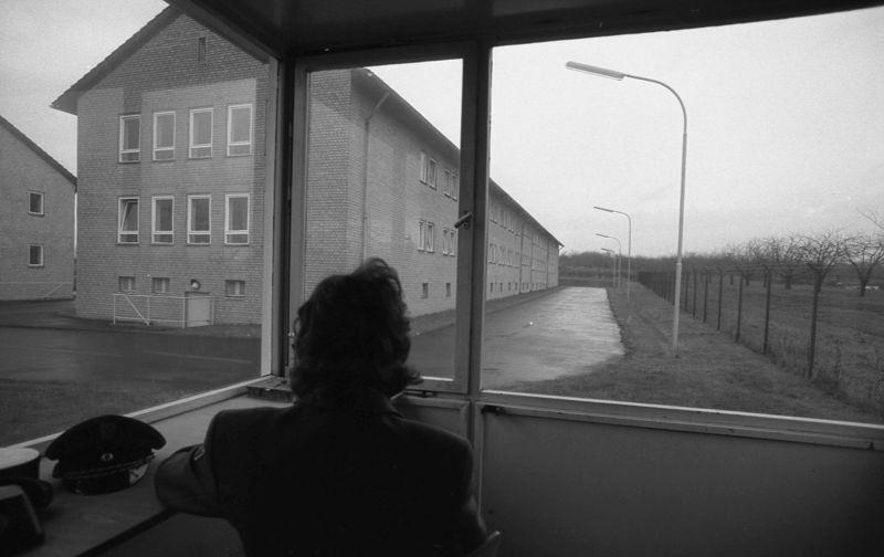 Justizvollzugsanstalt Frankfurt a.M. I, Gustav-Radbruch-Haus, Blick aus dem Wachhaus auf Gefängniszaun und Gebäude, 26. November 1974 (Bundesarchiv, B 145 Bild-F044235-0030, Foto: Ulrich Wienke)