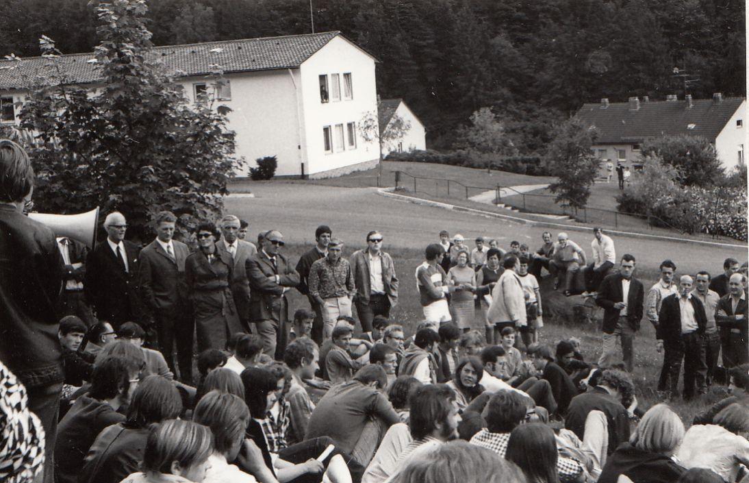 Juni 1969: Studentische Protestaktion mit rund 200 Teilnehmern gegen die Missstände in der Fürsorgeerziehung vor dem Erziehungsheim Staffelberg im hessischen Biedenkopf. Eine Reihe von Heiminsassen entfloh in der Folge aus dem Heim und suchte in Wohngemeinschaften in Frankfurt Unterschlupf. (Archiv des Landeswohlfahrtsverbandes Hessen, Fotobestand 46 [Staffelberg], ohne Signatur)