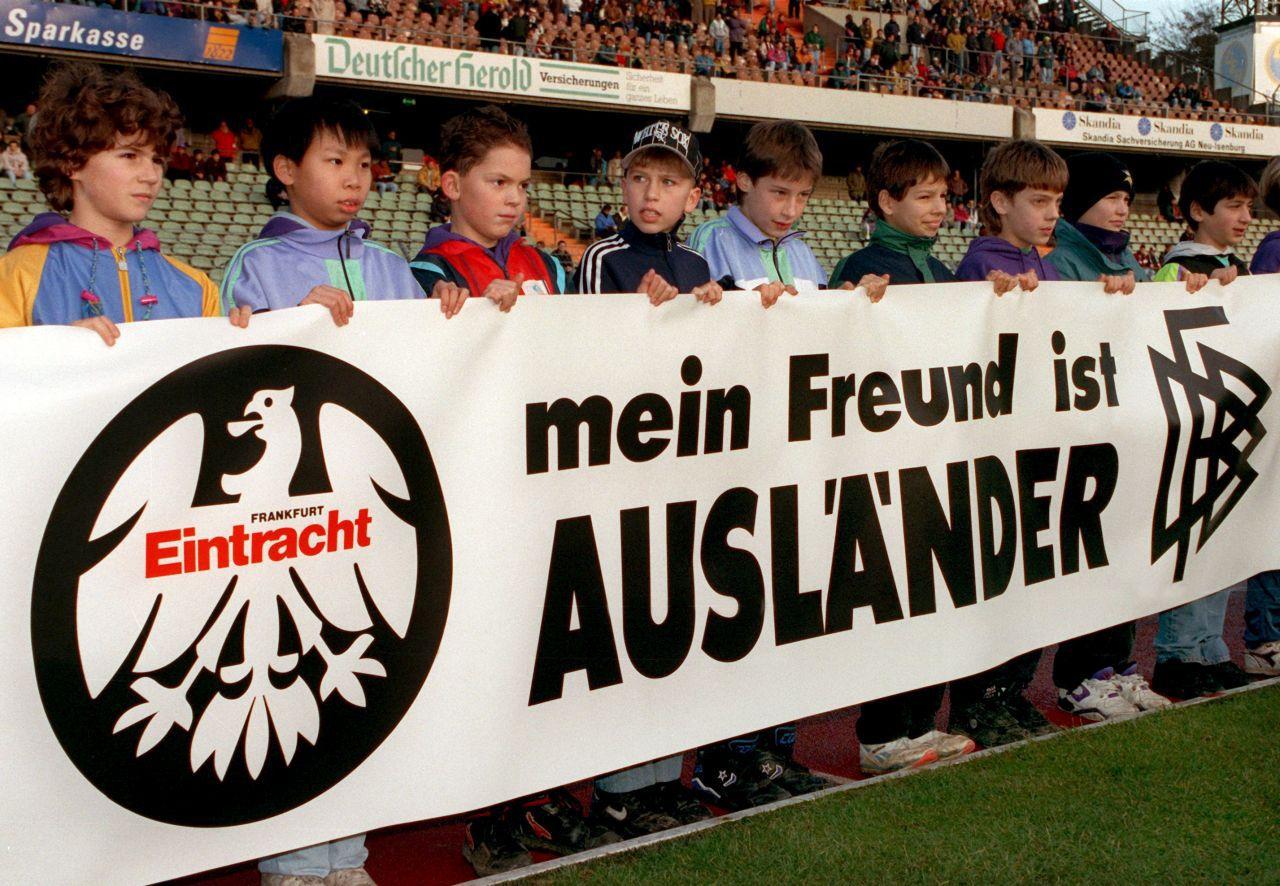 Mit der Kampagne »Mein Freund ist Ausländer« bezog der DFB eine klare Position. Vor einem Heimspiel von Eintracht Frankfurt gegen den Hamburger SV im Dezember 1992 präsentierten Kinder verschiedener Nationalitäten dieses Transparent gegen Rassismus. (picture alliance/dpa/Dieter Roosen)