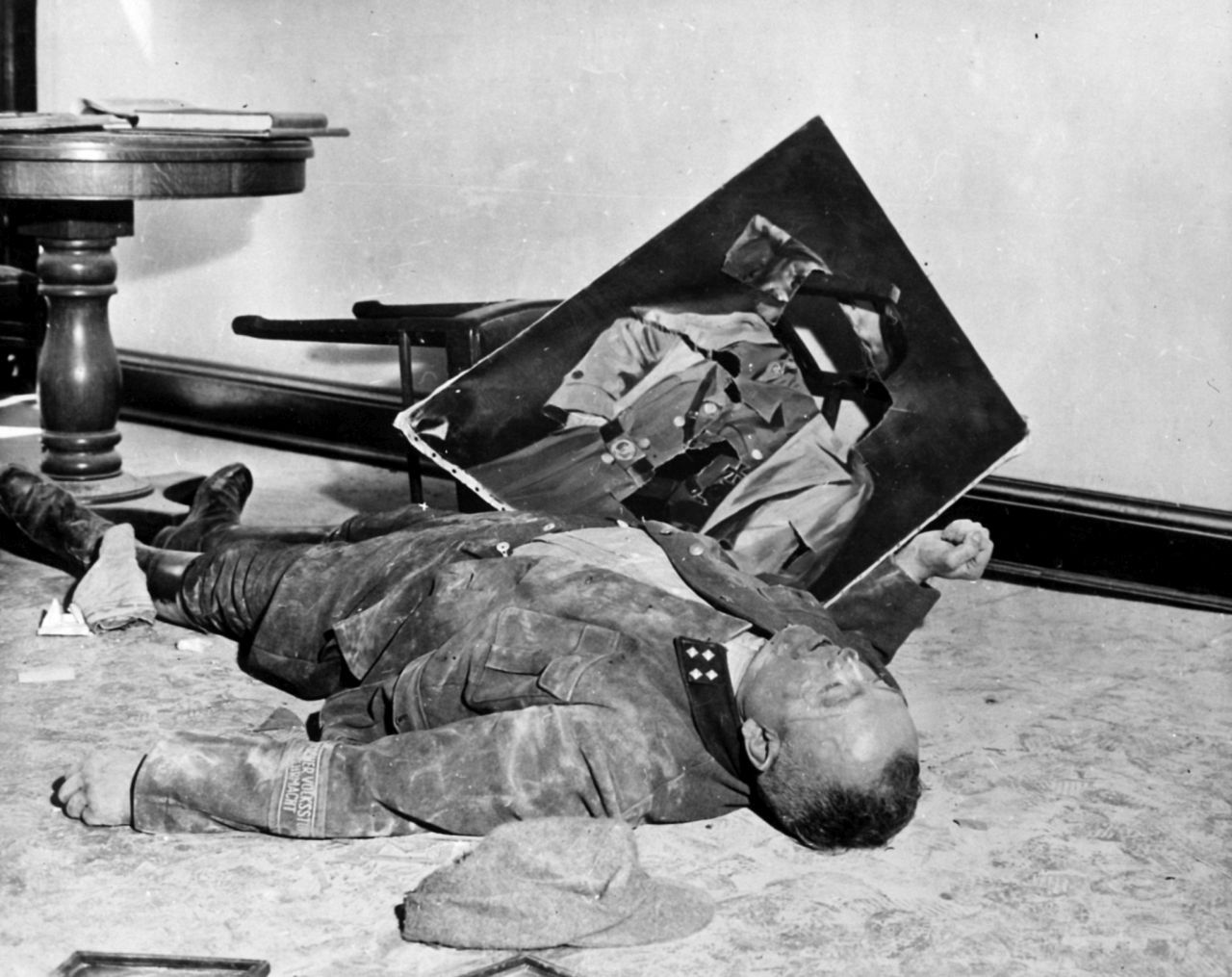 Selbstmord von Walter Dönicke, Volkssturm-Bataillonsführer und früherer Oberbürgermeister (1937/38), im Leipziger Neuen Rathaus, 19. April 1945 (Wikimedia Commons, National Archives and Record Administration [NARA]/Public Domain)