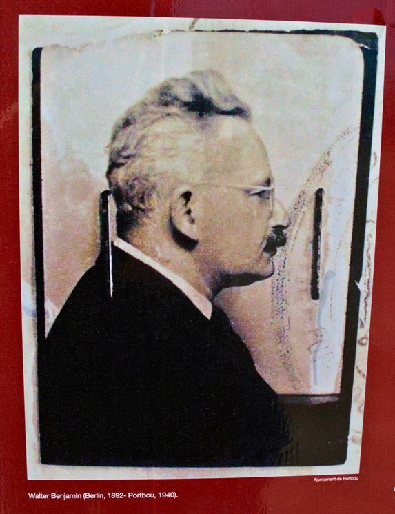 Das Polizeifoto Walter Benjamins, reproduziert auf einer Infotafel in Portbou(Foto: Verena Boos)