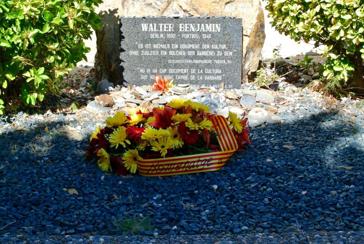 Würdigung des deutschen Philosophen in den katalanischen Nationalfarben Rot und Gelb. Die Inschrift des Gedenksteins ist auf Deutsch und Katalanisch verfasst. (Foto: Verena Boos)