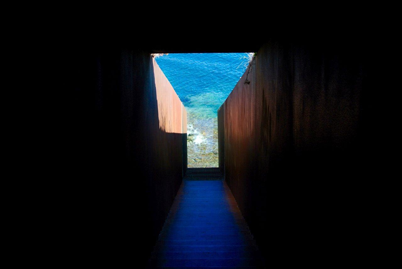 Im »Passagen«-Denkmal von Dani Karavan führen 70 Stufen hinab zum Meer. Der Strudel jenseits der Glasscheibe ist integraler Bestandteil des Kunstwerkes; er schlägt eine Brücke zwischen Natur und Kultur, Land und Wasser, Stillstand und Bewegung.(Foto: Verena Boos)