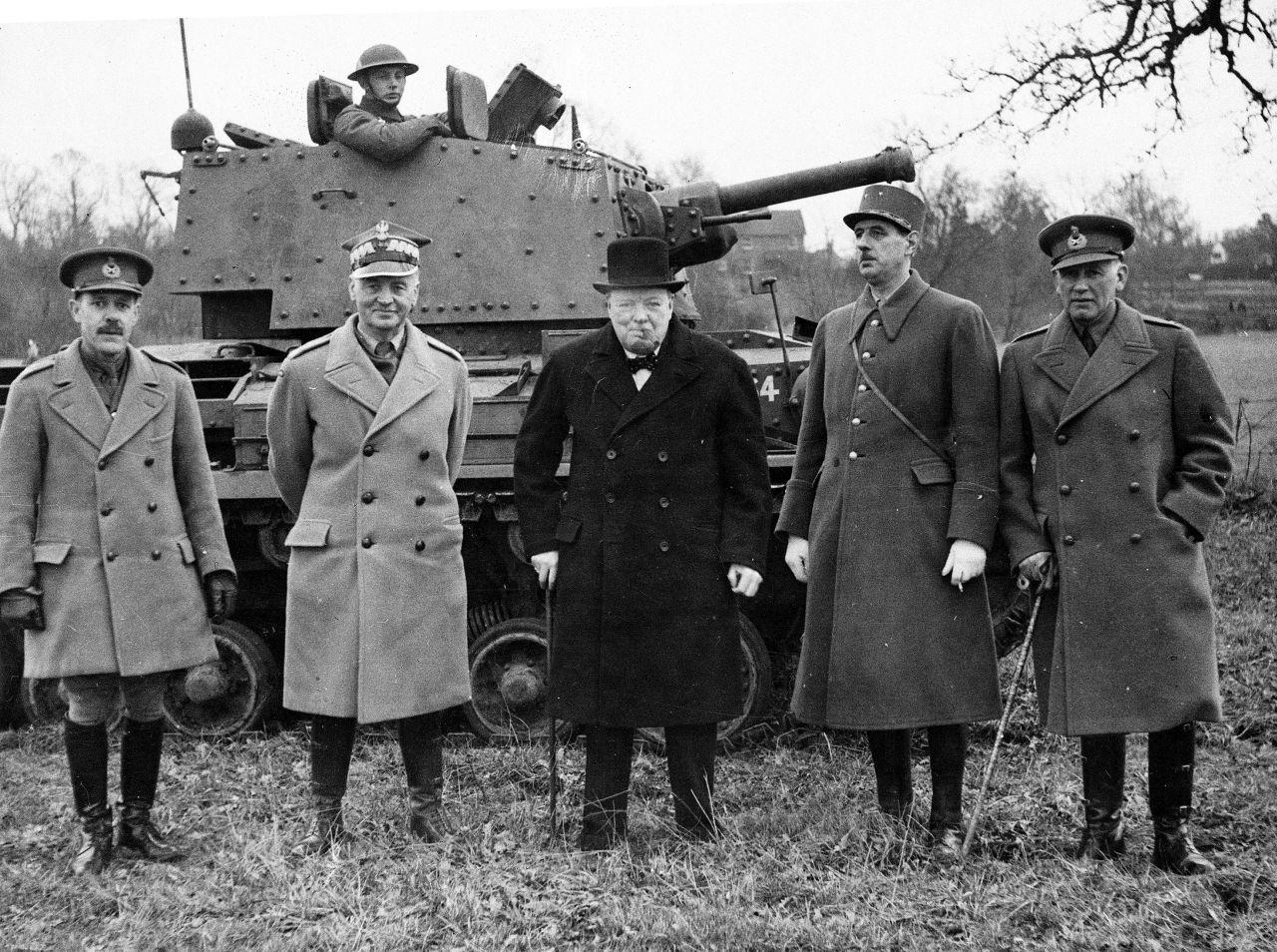 General Sikorski (zweiter von links), Premierminister Churchill (Mitte) und General de Gaulle (zweiter von rechts) bei einer Panzervorführung in England, Februar 1941(picture alliance/AP Images)