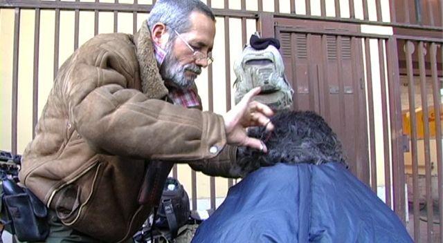 Standbild aus »Friziorat«, Regie: Dagmawi Yimer, AMM 2012. Im Bild ist der Friseur Mirko zu sehen, der seinen Beruf in Rom auf der Straße ausübt.