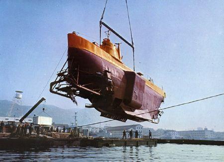 """Im Kalten Krieg wurden extreme und lebensfeindliche Umwelten mit Hilfe von Technik erforscht und militärisch erschlossen. Auf der Fotografie wird das Bathyscaph """"Archimède"""", ein Tiefsee-U-Boot der französische Marine, zu Wasser gelassen (1961). Foto: Georges Houot, 28. Juli 1961. Quelle: [https://commons.wikimedia.org/wiki/File:Bathyscaphe_Archimede.jpg?uselang=fr Wikimedia Commons], Lizenz: public domain"""