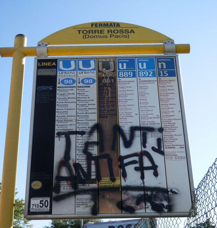 """Graffito an der Bushaltestelle """"Torre Rossa/Domus Pacis"""" in Rom. Die Abbildung zeigt das Graffito im Jahr 2014. Mittlerweile ist es nach einer Reinigung seitens der römischen Verkehrsbetriebe verschwunden. Foto: Jens Späth ©"""
