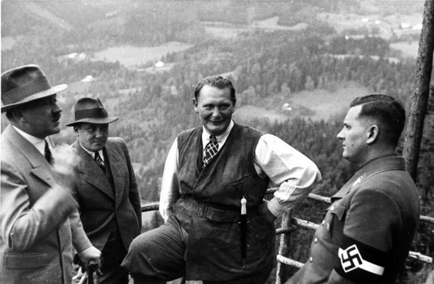 Adolf Hitler, Martin Bormann, Hermann Göring und Baldur von Schirach auf dem Obersalzberg 1936. Fotograf: unbekannt, Quelle: [https://commons.wikimedia.org/wiki/File:Bundesarchiv_B_145_Bild-F051620-0043,_Hitler,_G%C3%B6ring_und_v._Schirach_auf_Obersalzberg.jpg Bundesarchiv B 145 Bild-F051620-0043 / Wikimedia Commons], Lizenz: [https://creativecommons.org/licenses/by-sa/3.0/de/deed.en CC-BY-SA 3.0]