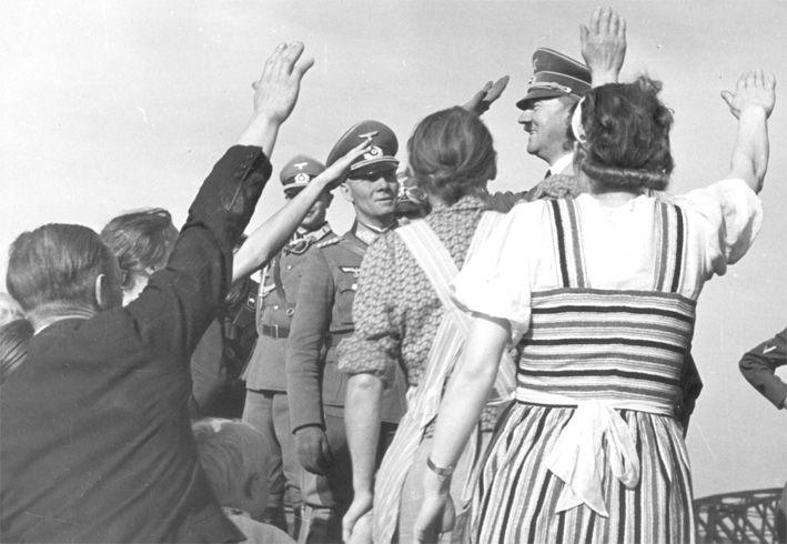 """""""Volksdeutsche"""" in Polen begrüßen Adolf Hitler und Generalfeldmarschall Erwin Rommel im September 1939. Fotograf: unbekannt, Quelle: [https://audiovis.nac.gov.pl/obraz/138/6f251dc1bd8513408a60da73c707e8bd/ Narodowe Archiwum Cyfrowe (NAC)], Signatur NAC 2-14, Lizenz: Creative Commons"""
