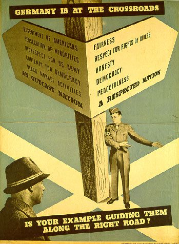 """Germany is at the Crossroads"". Amerikanisches Instruktionsposter für US-Personal. US-Army, amerikanische Besatzungszone, um 1947. Grafiker: unbekannt, Quelle: [https://commons.wikimedia.org/wiki/File:OMGUS.jpg Wikimedia Commons] / Haus der Geschichte, Bonn EB-Nr.: 1994/04/033, Lizenz: public domain"