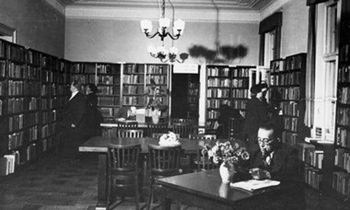 Die Bibliothek des Amerika-Hauses in Wiesbaden, um 1950. Fotograf: unbekannt, Quelle: [https://www.wiesbaden.de/microsite/stadtlexikon/a-z/Amerikahaus.php?sp-mode=imageviewer&sp-image-id=174205 Stadtarchiv Wiesbaden] © mit freundlicher Genehmigung