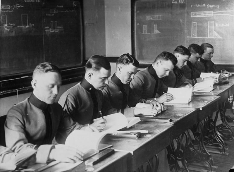School and military – two institutions of modern subjectification. Classes at the West Point Officers' School, USA 1929. Photographer: unknown (Aktuelle-Bilder-Centrale, Georg Pahl). Source: [https://commons.wikimedia.org/wiki/File:Bundesarchiv_Bild_102-08174,_USA,_Unterricht_in_der_Offiziersschule_West-Point.jpg Bundesarchiv Bild 102-08174 / Wikimedia Commons] [15.12.2020], Licence: [https://creativecommons.org/licenses/by-sa/3.0/de/deed.en CC-BY-SA 3.0]