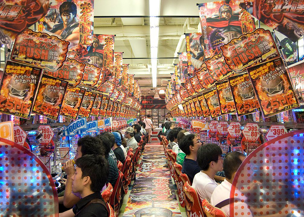 """Electric City"": Pachinko-Halle in Akihabara, Tokio, 1. Januar 2010. Foto: [https://de.wikipedia.org/wiki/Benutzer:Tischbeinahe Tischbeinahe], Quelle: [https://commons.wikimedia.org/wiki/File:Electric_City_Akihabara_Pachinko.jpg#/media/File:Electric_City_Akihabara_Pachinko.jpg Wikimedia Commons], Lizenz: [https://creativecommons.org/licenses/by-sa/3.0/ CC BY-SA 3.0]"