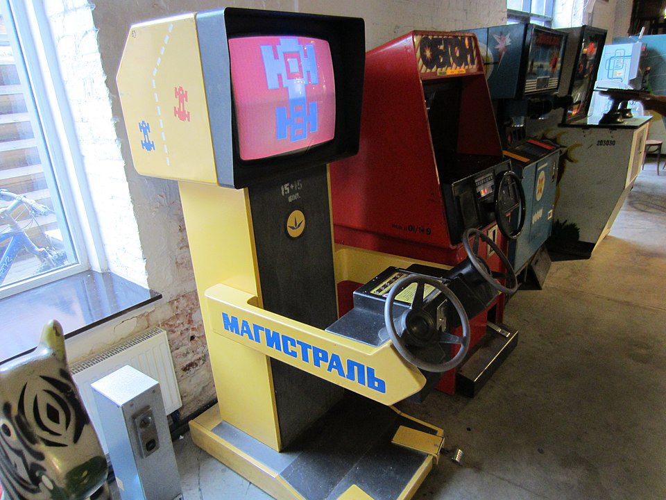 "Magistral (Магистраль), eine ""Arcade-Machine"" im Museum der sowjetischen Spielautomaten in Moskau, 13. November 2013. Foto: [https://hboeck.de/ Hanno Böck], Quelle: [https://commons.wikimedia.org/wiki/Category:Museum_of_Soviet_Arcade_Machines_in_Moscow#/media/File:Arcademuseum-magistral.jpg Wikimedia Commons], Lizenz: [https://creativecommons.org/publicdomain/zero/1.0/deed.en CC0]"
