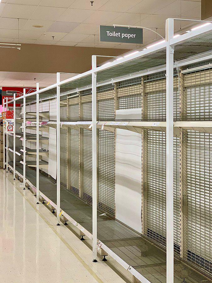 Hamsterkäufe (engl. ''panic buying'') stellen ein Beispiel irrationalen Verhaltens im Zuge von Krisen dar. Das Foto zeigt einen Supermarkt im australischen Brisbane im März 2020, dessen Toilettenpapiervorräte infolge der Corona-Pandemie aufgekauft wurden. Foto: Kgbo, Brisbane, 4. März 2020. Quelle: [https://commons.wikimedia.org/wiki/File:No_tissue_and_toilet_paper_due_to_panic_buying_in_Brisbane_in_March_2020.jpg Wikimedia Commons], Lizenz: [https://creativecommons.org/licenses/by-sa/4.0/deed.en CC BY-SA 4.0]