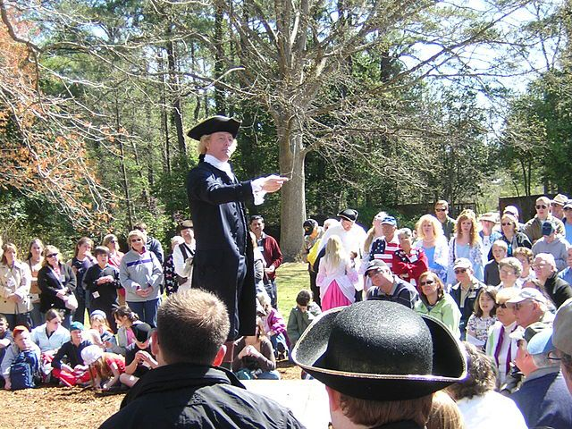 Thomas Jefferson wird von einem professionellen Schauspieler verkörpert bei einer Rede im Garten des Gouverneurspalastes in Colonial Williamsburg. Fotograf: Larry Pieniazek, Colonial Williamsburg, 3. April 2006. Quelle: [https://commons.wikimedia.org/wiki/File:Colonial_Williamsburg_Thomas_Jefferson_Reenactment_DSCN7269.JPG Wikimedia Commons], Lizenz: [https://creativecommons.org/licenses/by/2.5/deed.en CC BY 2.5]