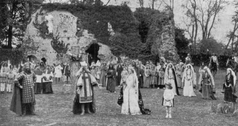 ''The Pageant of Sherbourne'', Dorset 1905. Das Bild stammt aus dem Katalog der Charles Urban Trading Company Liste (1906). Quelle: [https://www.flickr.com/photos/33718942@N07/27421189244/in/photolist-HM7Tv8-JHnytt-HM7LdU-HM7TvD-HM7Lid/ Luke McKernan / Flickr], Lizenz: [https://creativecommons.org/licenses/by-sa/2.0/ CC BY-SA 2.0]