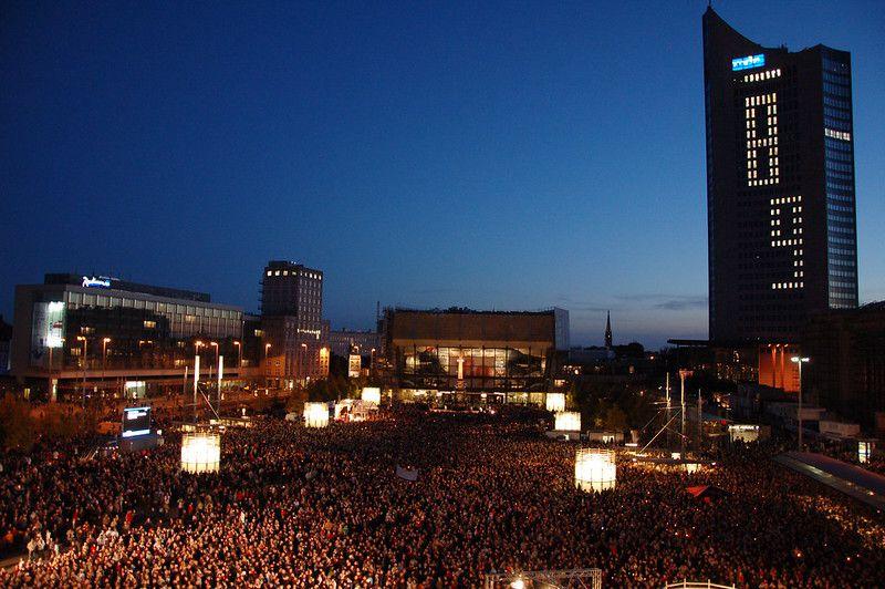 "Der Festakt ""Aufbruch Leipzig – 20 Jahre Friedliche Revolution und Einheit Europas"" am 9. Oktober 2009. Foto: Charlotte Noblet, Quelle: [https://www.flickr.com/photos/verni22im/3998887076/in/photolist-76nkNU-pGzsto-76nhmu-76niAw-76imYH-pEgo6d-pD2qPx-pBoR5X-pBF39c-digMsk-76xwVJ-pBUwLM-9ajt1E-pk1oh4-pFFsTz-7b2zfy-9ajrAj-pmi7vK-7aXHVe-pBWy49-9ajtLW-7binAr-9agiAH-8iZFuD-pE1Zdp-77KpMR-77KCNK-77PufL-7b2BEf-769Gww-79EYCN-79BaKp-765NfH-77KxT8-769Esf-77KApR-765MRx-77KwK2-77Kuya-765N6R-77Poqs-765MXn-765MDe-765Lrz-7uAhdc-765L6i-765Mpg-7uE9i9-769FQY-769ENA Flickr], Lizenz: [https://creativecommons.org/licenses/by-nc-sa/2.0/ CC BY-NC-SA 2.0]"
