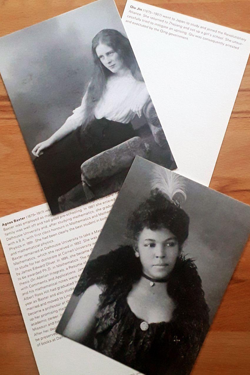 """Die niederländische Künstlerin Mathilde ter Heijne hat unter dem Titel """"Woman to Go"""" Fotografien von Frauen aus dem 19. Jahrhundert auf Postkarten drucken lassen, deren Namen heute vergessen sind. Auf der Rückseite hat die Fotografin die Biografien von ganz anderen Frauen hinzugefügt, die heute noch bekannt sind, aber von denen kein Bild mehr existiert. Besucher*innen der Ausstellung können die Karten mitnehmen. Mathilde ter Heijne: """"Woman to Go"""" (http://www.terheijne.net/works/woman-to-go/), Fotos: Library of Congress / C. Bartlitz, 30. Oktober 2020"""